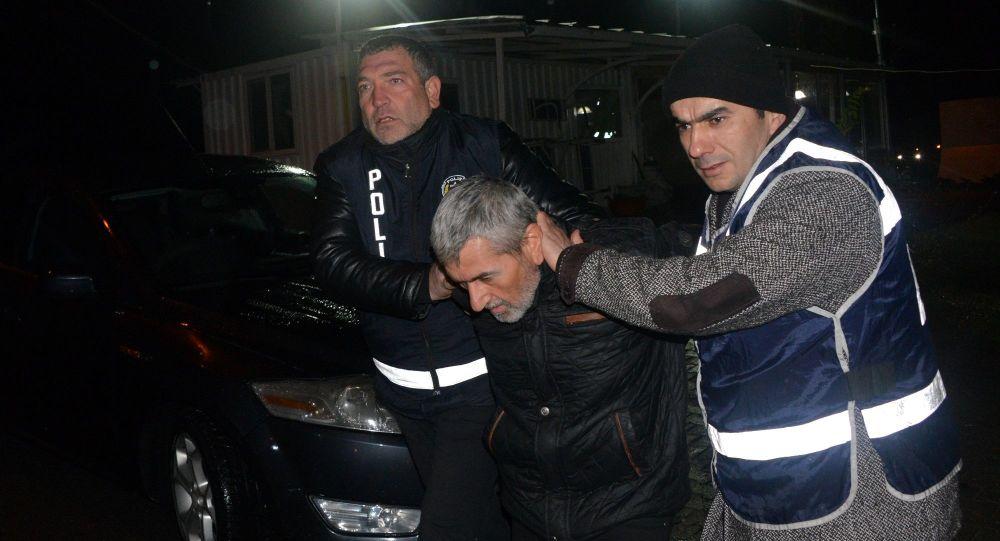 Kahramanmaraş'ın Andırın ilçesinde, 5 ayrı suçtan 27 yıl hapisle aranan ve marketten hırsızlığa teşebbüs eden Adem B., çarşıda gezerken polis tarafından yakalandı.
