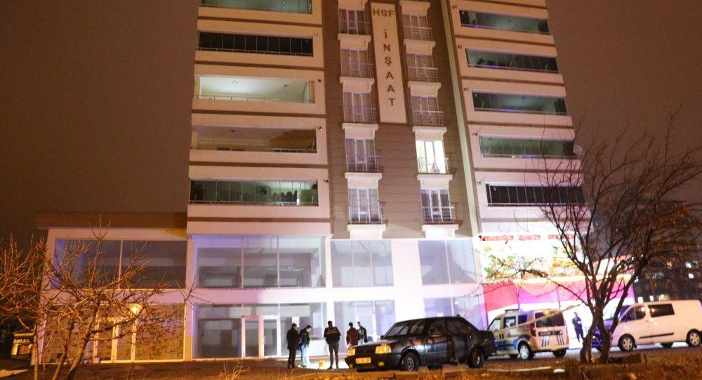 Kahramanmaraş'ta annesiyle tartıştığı iddia edilen bir genç kız, 6. kattan atlayarak ağır yaralandı.