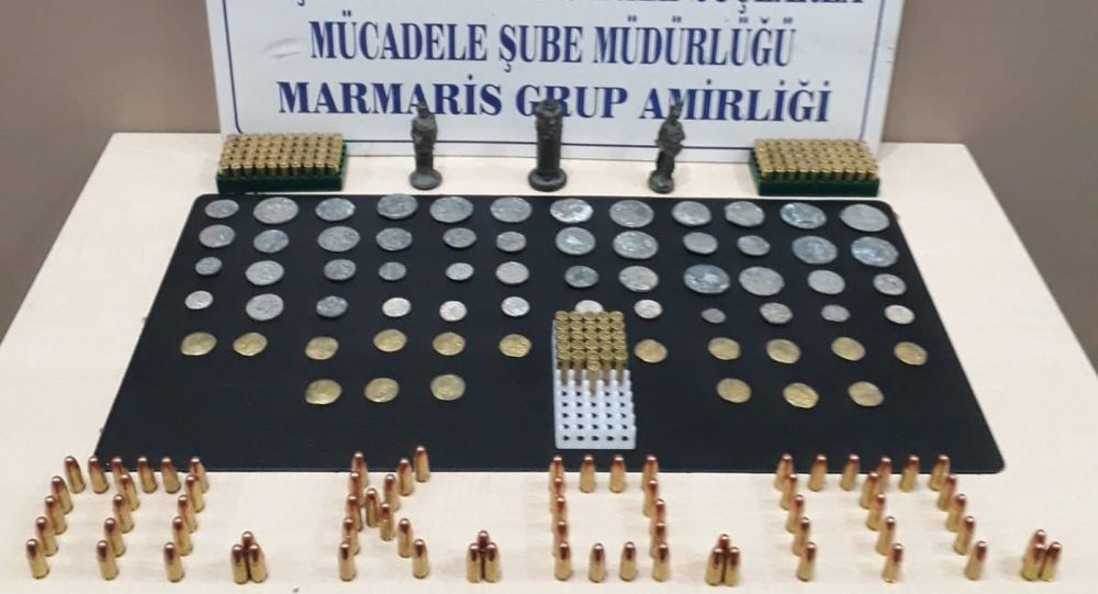 Muğla'nın Marmaris ilçesinde, polisin bir eve düzenlediği operasyonda Helenistik ve erken Roma dönemine ait 65 adet sikke ve 3 adet heykelcik ele geçirildi. Olayla ilgili O.Ç. (31), gözaltına alındı.