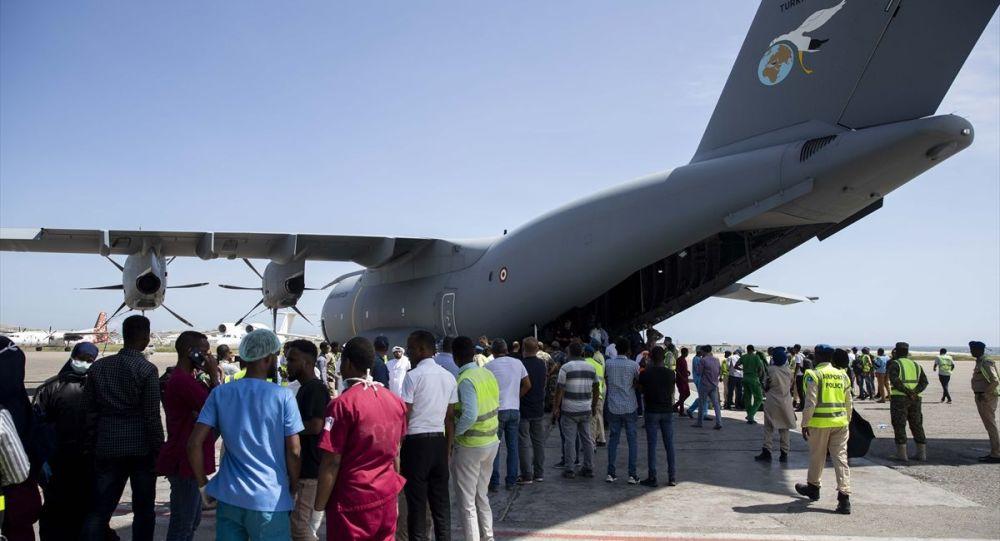 Somali'nin başkenti Mogadişu'da güvenlik noktasında bomba yüklü araçla düzenlenen terör saldırısında yaşamını yitiren 2 Türk'ün cenazesi ile yaralananlardan 16'sını tedavi için Türkiye'ye getirecek uçak havalandı.