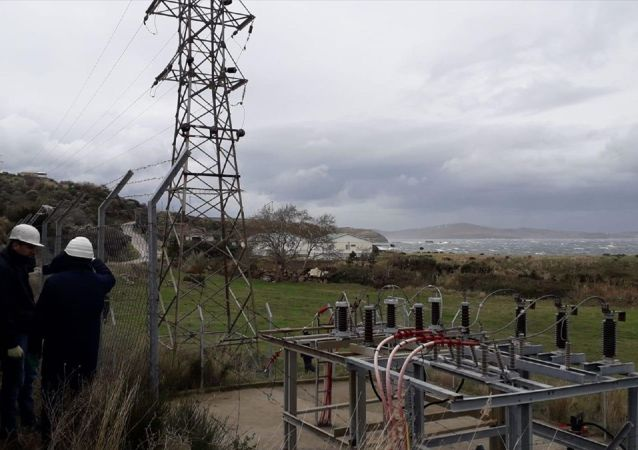 Balıkesir'e bağlı Marmara Adası'ndaki enerji kesintisine ilişkin çalışma yürüten ekipler, denizin altında 11 kilometre uzunluğundaki kabloda oluşan arızanın yerini tespit etti. Erdek ilçesi İlhanköy Mahallesi'nden denizin dibinden kablolarla adaya sağlanan elektriğin kesilmesiyle ilgili Uludağ Elektrik Dağıtım AŞ (UEDAŞ) ekiplerinin çalışmaları sürüyor.