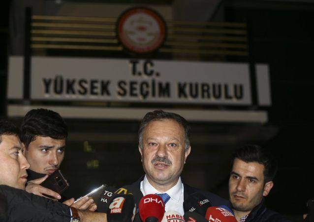 AK Parti'nin Yüksek Seçim Kurulu (YSK) temsilcisi Recep Özel, YSK önünde açıklamalarda bulundu.