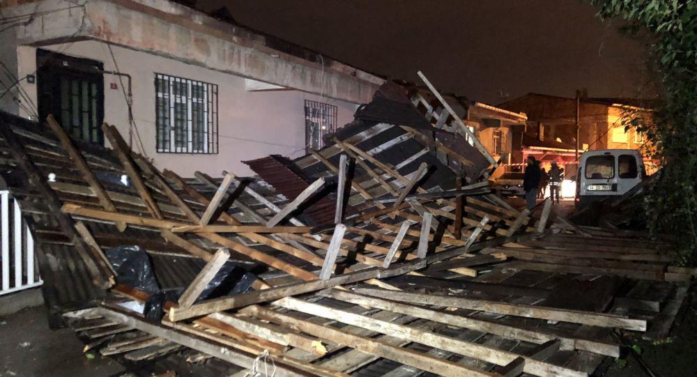 Ümraniye'de şiddetli rüzgarda evin çatısı uçtu