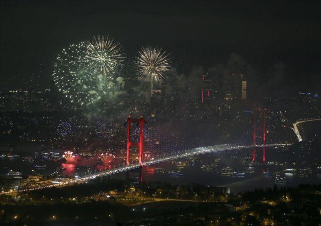 İstanbullular ve turistler, yeni yılı havai fişek ve ışık gösterileriyle karşıladı. İzleyiciler deniz yüzeyine kurulan platformdan yapılan havai fişek ve ışık gösterisi ile Büyük Mecidiye Camisi ve 15 Temmuz Şehitler Köprüsü manzarasıyla yeni yıla merhaba dedi.