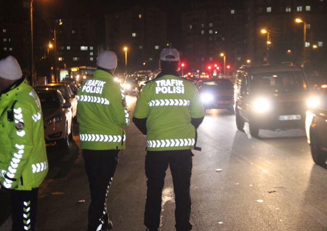 Konya'da yapılan trafik uygulamasında 2020 yılının ilk trafik cezası, alkollü araç kullanan sürücüye kesildi. İl Emniyet Müdürü Mustafa Aydın da yılbaşında mesai yapan polis memurlarıyla bir araya geldi.