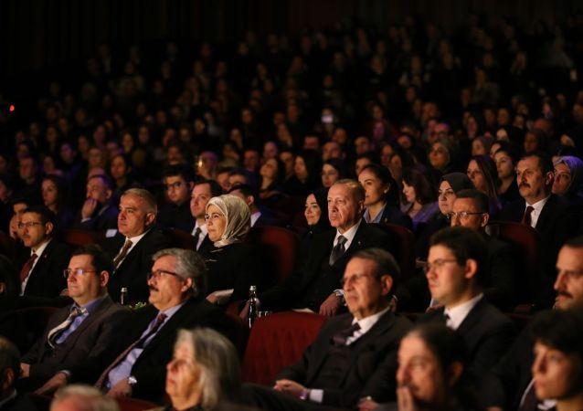 Cumhurbaşkanı Recep Tayyip Erdoğan, Ankara Devlet Tiyatrosunca sahnelenen Leyla ile Mecnun oyununu izledi.