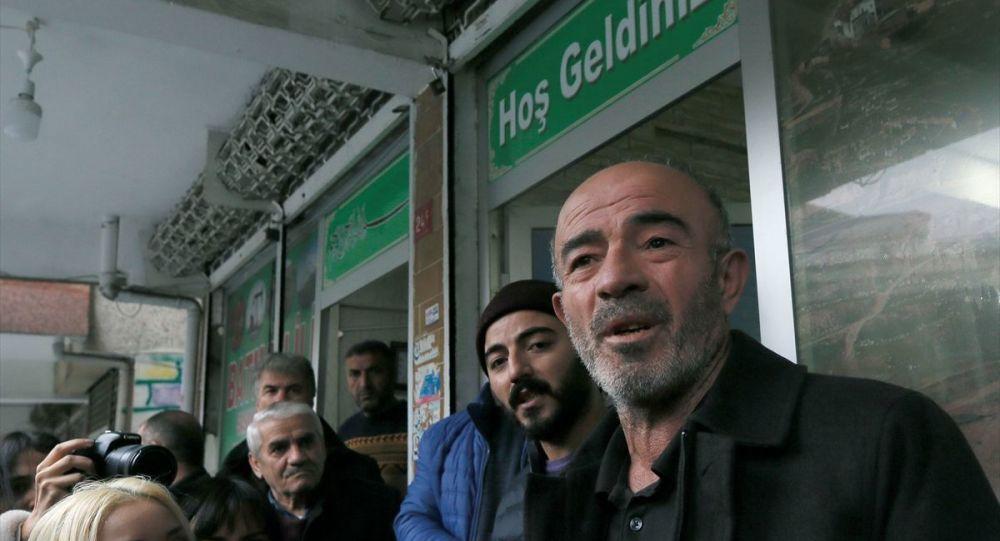 Samatya'da denizde cesedi bulunan ve intihar ettiği bildirilen İstanbul Üniversitesi öğrencisi Sibel Ünli'nin ailesi adına babası Zeki Ünli (sağda) ve abisi Aydın Ünli (sağ2), Güngören'deki Batman İli Sason Teraşlılar Sosyal Yardımlaşma Dayanışma Kültür Derneği önünde açıklama yaptı.