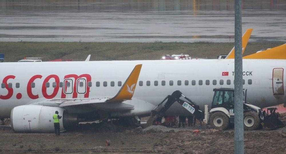 Sabiha Gökçen Uluslararası Havalimanı'na iniş yapan bir uçak pistten çıktı. Uçağı kurtarma çalışmaları devam etti.