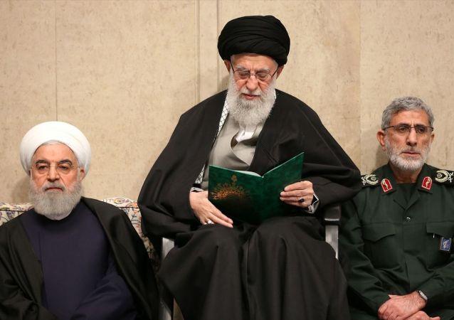İran'ın başkenti Tahran'daki İmam Humeyni Hüseyniyesi'nde, geçen hafta ABD güçleri tarafından öldürülen Devrim Muhafızları Ordusuna bağlı Kudüs Gücü Komutanı Kasım Süleymani için anma töreni düzenlendi. Anma törenine, İran lideri Ali Hamaney (ortada), Süleymani'nin yerine getirilen yeni Kudüs Gücü Komutanı Tuğgeneral İsmail Kaani (sağda) ve İran Cumhurbaşkanı Hasan Ruhani (solda) katıldı.
