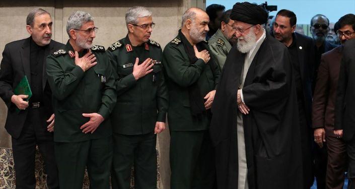 İran lideri Ali Hamaney (sağda), İran Devrim Muhafızları Ordusu Genel Komutanı Hüseyin Selami (sağ 2), Süleymani'nin yerine getirilen yeni Kudüs Gücü Komutanı Tuğgeneral İsmail Kaani (sol 2), İran Genelkurmay Başkanı Tümgeneral Muhammed Bakıri (sol 3), Hamaney'in Başdanışmanı Ali Ekber Velayeti (solda)