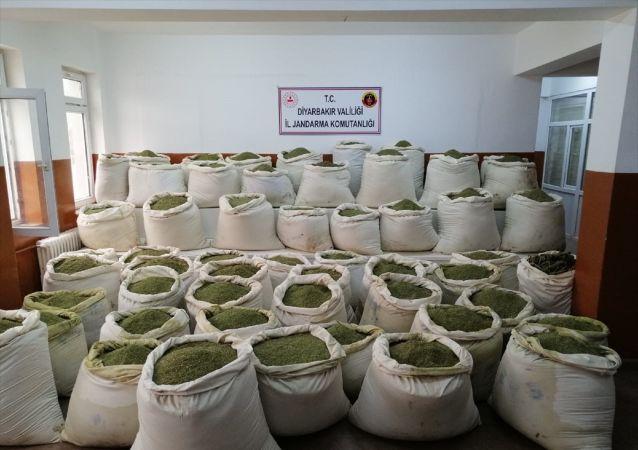 Diyarbakır'ın Lice ilçesi kırsalında düzenlenen operasyonda 2 ton 80 kilogram esrar ele geçirildi, tespit edilen 2 kış sığınağı ve 30 kilogram amonyum nitrat ile hazırlanan el yapımı patlayıcı düzeneği imha edildi.