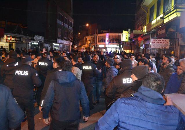 Kırklareli'nin Lüleburgaz ilçesinde çıkan silahlı kavgada biri polis memuru 2 kişi yaralandı