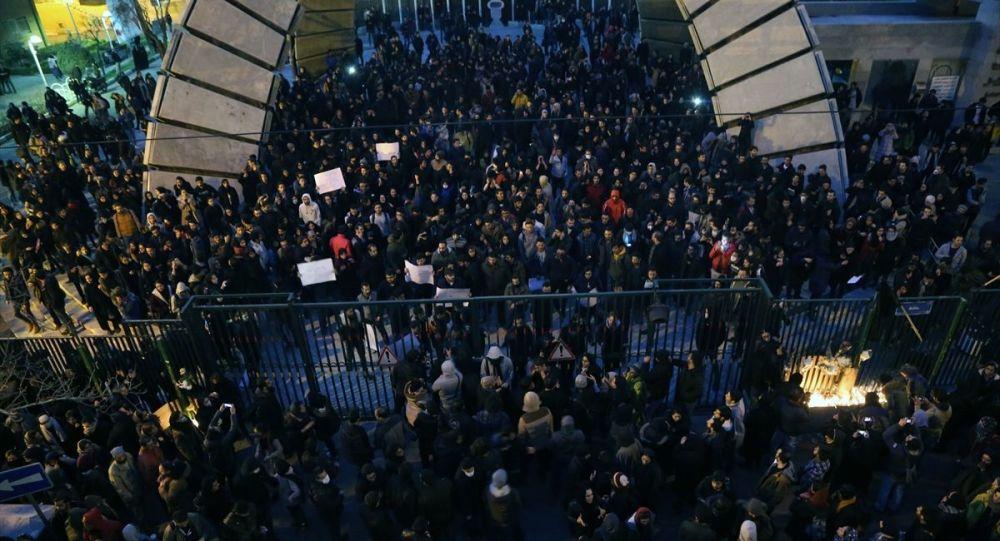 Başkentteki Emir Kebir Üniversitesinin önünde İranın düşürdüğü Ukrayna Havayollarına ait yolcu uçağında hayatını kaybedenler için düzenlenen gösteride hükümet karşıtı sloganlar atıldı.