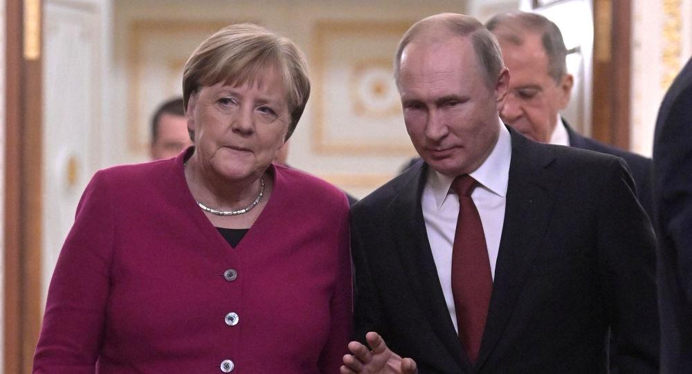 Rusya lideri Vladimir Putin, davetlisi olarak bugün Moskova'ya gelen Almanya Başbakanı Angela Merkel ile bir araya geldi.