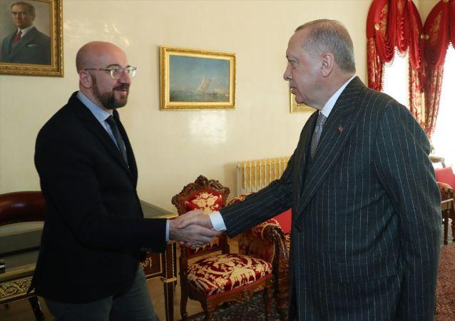 Türkiye Cumhurbaşkanı Recep Tayyip Erdoğan, Avrupa Birliği (AB) Konseyi Başkanı Charles Michel'i (solda) kabul etti.