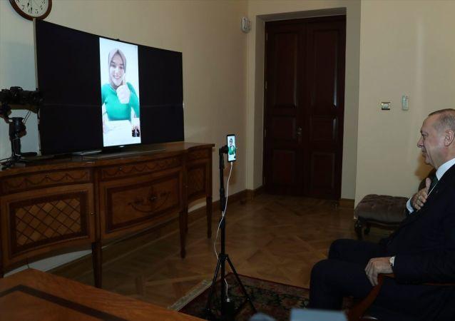Türkiye Cumhurbaşkanı Recep Tayyip Erdoğan, Kim Milyoner Olmak İster yarışma programına katılan konuşma engelli Ümmü Gülsüm Genç ile görüntülü görüştü.