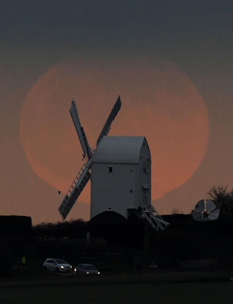 İngiltere'de çekilen göz alıcı Dolunay görüntüsü.