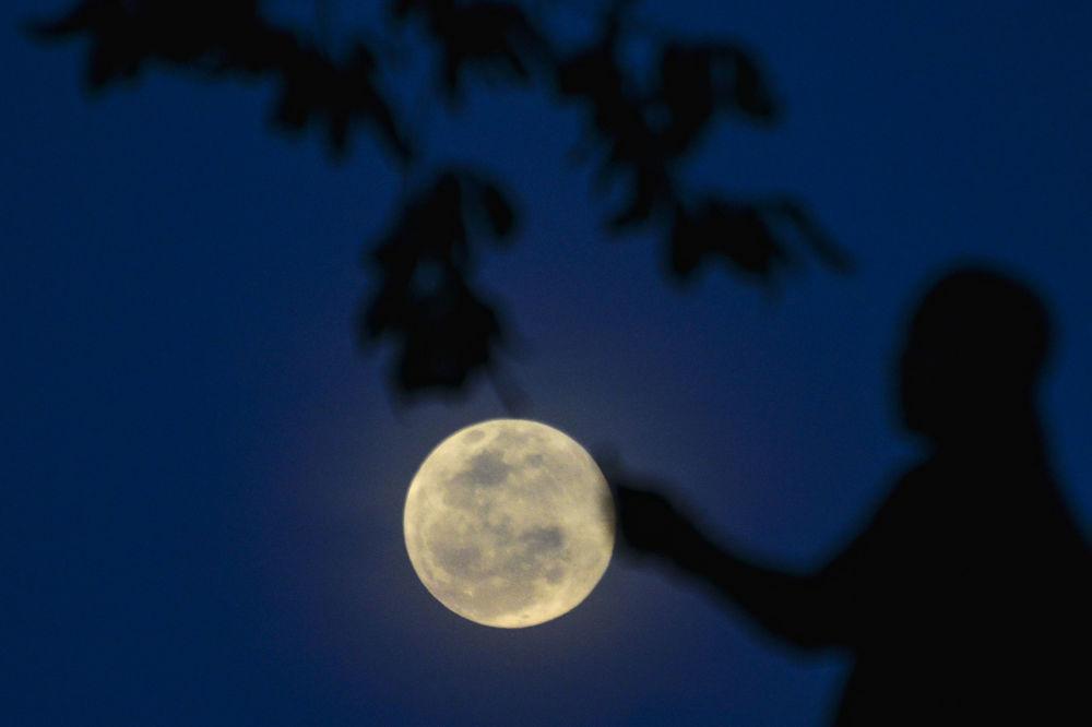 Yılın ilk dolunayı ve Ay tutulması  Endonezya'da kartpostallık görüntüler oluşturdu.