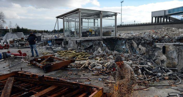 35 günde yıkılan kargo binasının hafriyatının 2 gün içerisinde tamamen kaldırılması bekleniyor. Havalimanının ticari uçuşların sona ermesinin ardından havalimanında sadece kargo uçukları, özel jetler ve askeri uçaklar kullanabiliyor. Sivil kullanıma açık olduğu zaman uçakların yanaşmak için körük bulamadığı alanların ise havadan çekilen görüntülerde bomboş olduğu görüldü.
