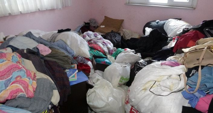 Pendik Ahmet Yesevi Mahallesinde Elmas Çetintaş'ın yaşadığı bir gecekondudan çevreye yayılan kötü kokular, belediye ekiplerini harekete geçirdi.