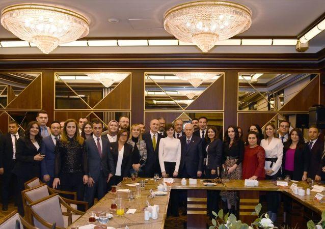 MHP Genel Başkanı Devlet Bahçeli, partisini takip eden muhabirlerle sohbetinde hem bölgesel gelişmeler hem de iç politikaya ilişkin soruları cevaplandırdı.