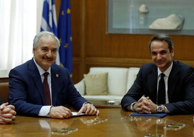 Yunan Başbakanı Kiryakos Miçotakis, LUO Komutanı Halife Hafter'i parlamentodaki makamında kabul etti. (17 Ocak 2020)