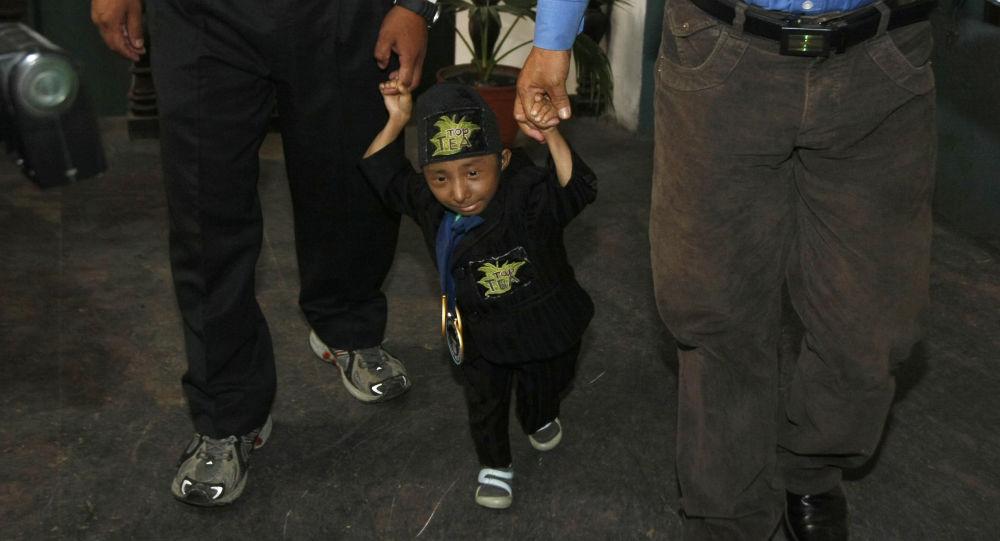 Nepal'de 1992 yılında dünyaya gelen Khagendra Thapa Magar, 67.08 santim boyuyla bağımsız hareket kabiliyetini koruyan dünyanın en kısa adamı olarak gösteriliyordu
