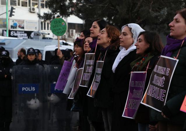 Diyarbakır'da, geçtiğimiz hafta evli olduğu eşi tarafından öldürülen ve taziyesi dahi kurulmayan Melike Demirok için önce taziye kuran, ardından da kentin en işlek noktasında 'yaşam zinciri' oluşturan kadınlar, artan kadın cinayetlerine dikkat çekti.