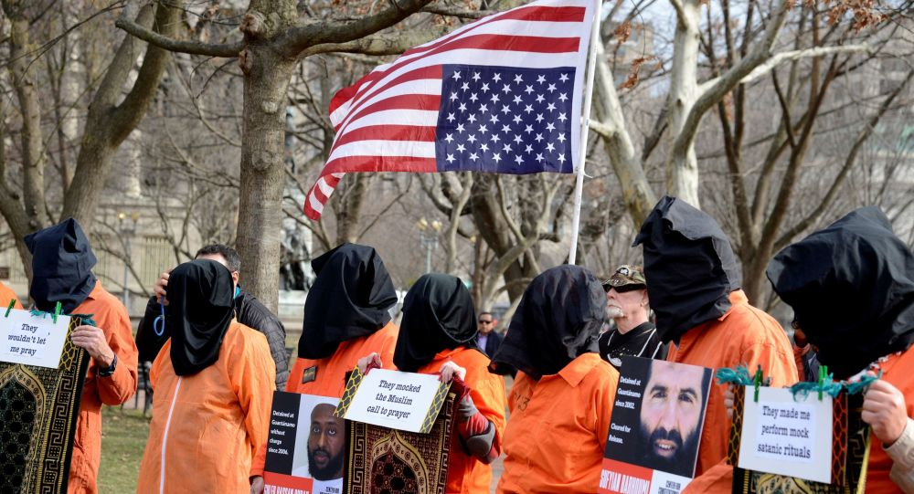 Beyaz Saray önünde 18 yıl önce açılan Guantanamo esir kampının kapatılması ve işkencenin hesabının verilmesi için düzenlenen protesto gösterisi, 11 Ocak 2020