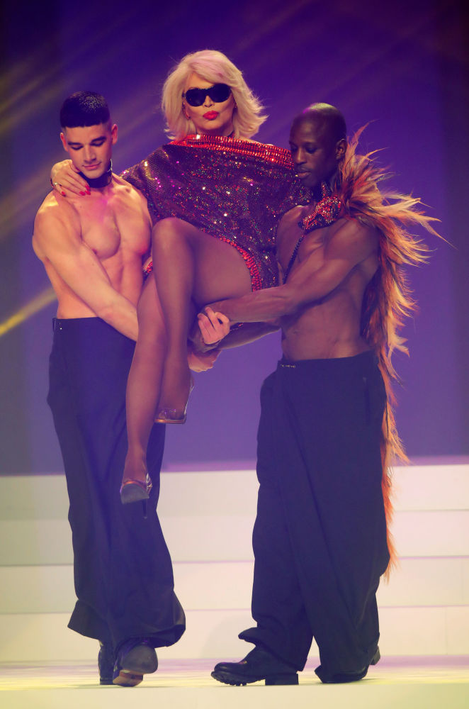 Usta modacının podyumdaki son şovuna katılan ABD'li şarkıcı Amanda Lear.