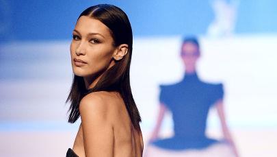 Defile sırasında podyumda yürüyen ünlü modellerden Bella Hadid.