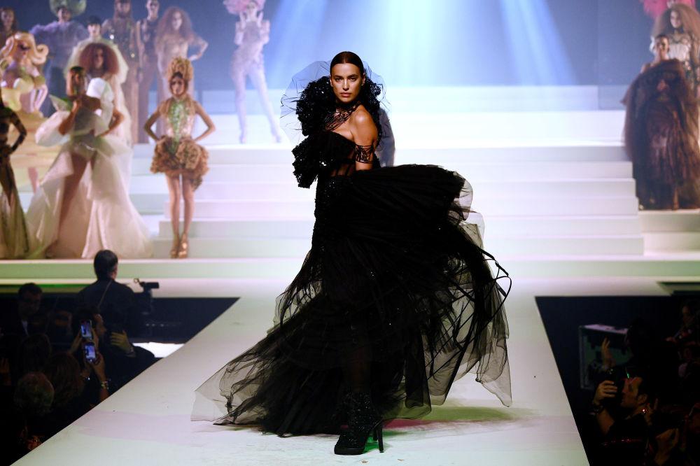 Ünlü Rus model Irina Shayk podyumda yürürken...