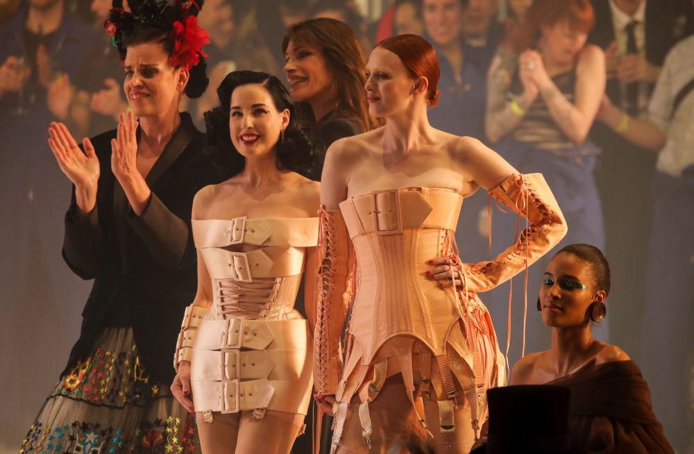 Dünyaca ünlü modacının defilesine katılanlardan dansçı ve oyuncu Dita Von Teese (ortada)