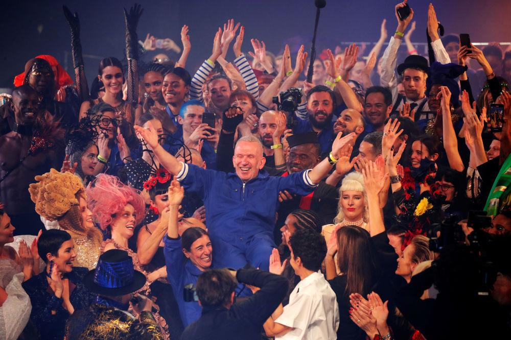 Defilenin finalinde sahneye omuzlarda inen Jean-Paul Gaultier, seyirciden büyük alkış aldı.