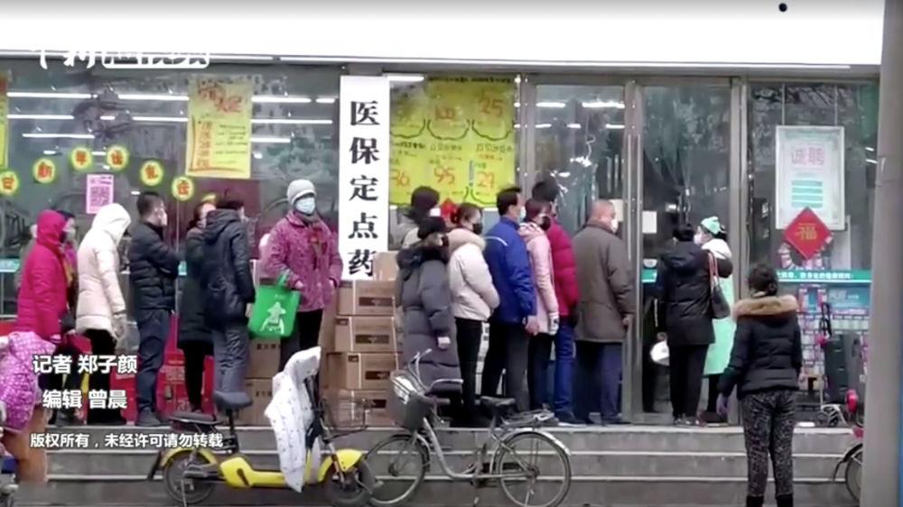 Şanghay kentinde maske almak isteyen Çinliler uzun kuyruklar oluşturdu.