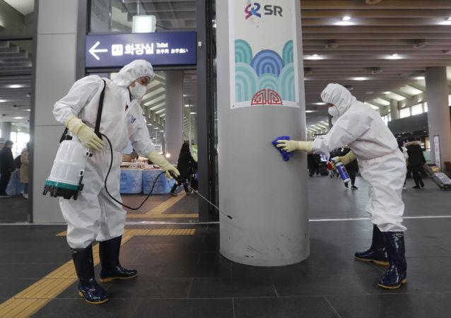 İlk vakanın Pazartesi günü duyurulduğu Güney Kore'de havalimanlarında sıkı güvenlik önlemleri alınıyor. Giriş kapıları haftada iki defa dezenfektan spreylerle temizleniyor.