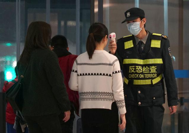 Salgın nedeniyle Çin'in pek çok şehrinde toplu taşıma kısıtlanırken, henüz yasak getirilmeyen yerlerde dijital termometreler aracılığıyla sıkı kontroller yapılıyor.