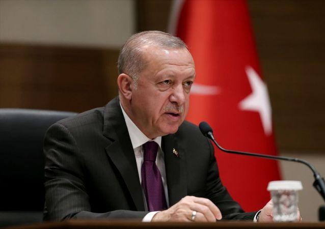 Türkiye Cumhurbaşkanı Recep Tayyip Erdoğan, Cezayir'e hareketinden önce Atatürk Havalimanı Devlet Konukevi'nde basın toplantısı düzenledi.