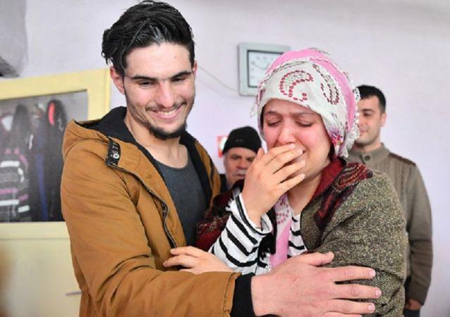 Suriyeli Mahmud elleri ile kazıyarak enkazdan kurtardığı depremzede çift ile buluştu