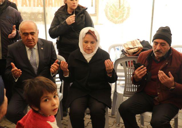 İYİ Parti Genel Başkanı Meral Akşener, Elazığ depreminde hayatını kaybedenlerin ailelerine taziye ziyaretinde bulundu.