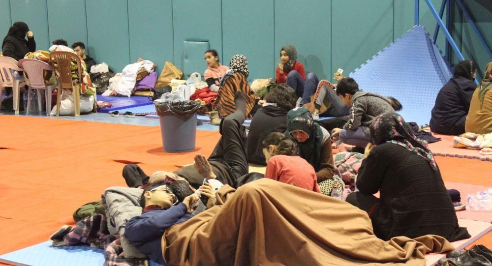 Depremzedeler geceyi spor salonunda geçirdi