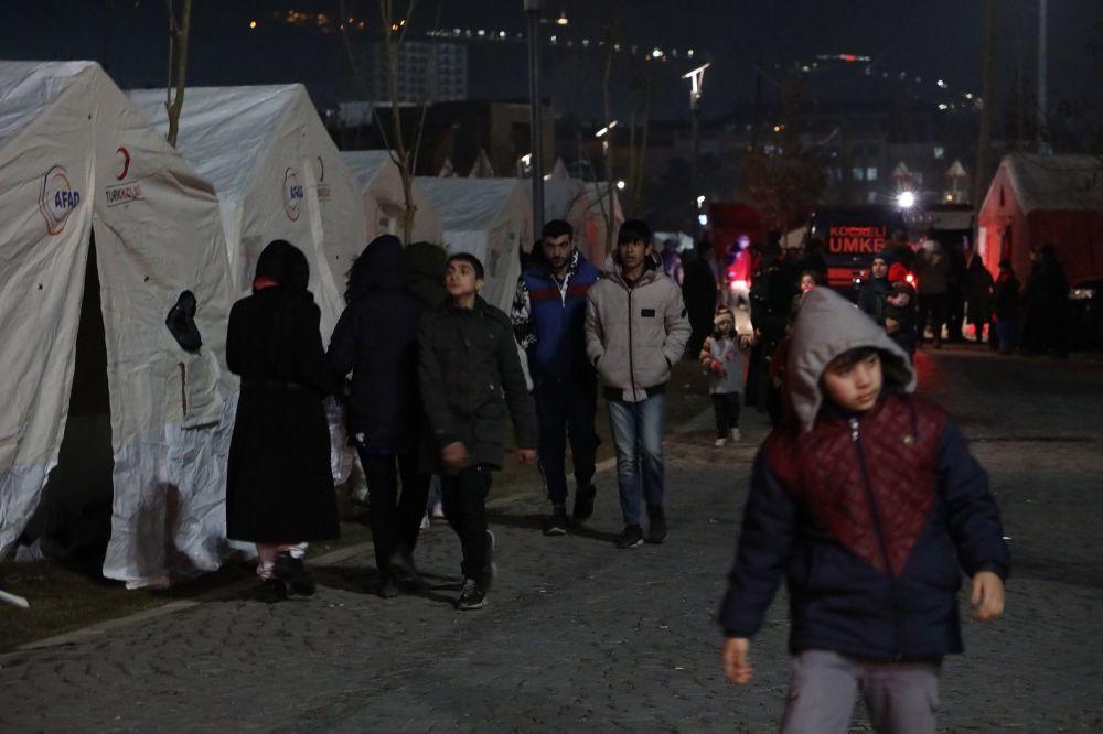 Akşam eksi 10 derecenin altında dondurucu soğukta çadırlarda kalan vatandaşlar ısınma sorunu yaşıyor.