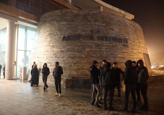 Manisa'nın Akhisar ilçesinde 4,7 büyüklüğünde deprem oldu. Deprem sonrası bazı vatandaşlar sokağa çıktı.
