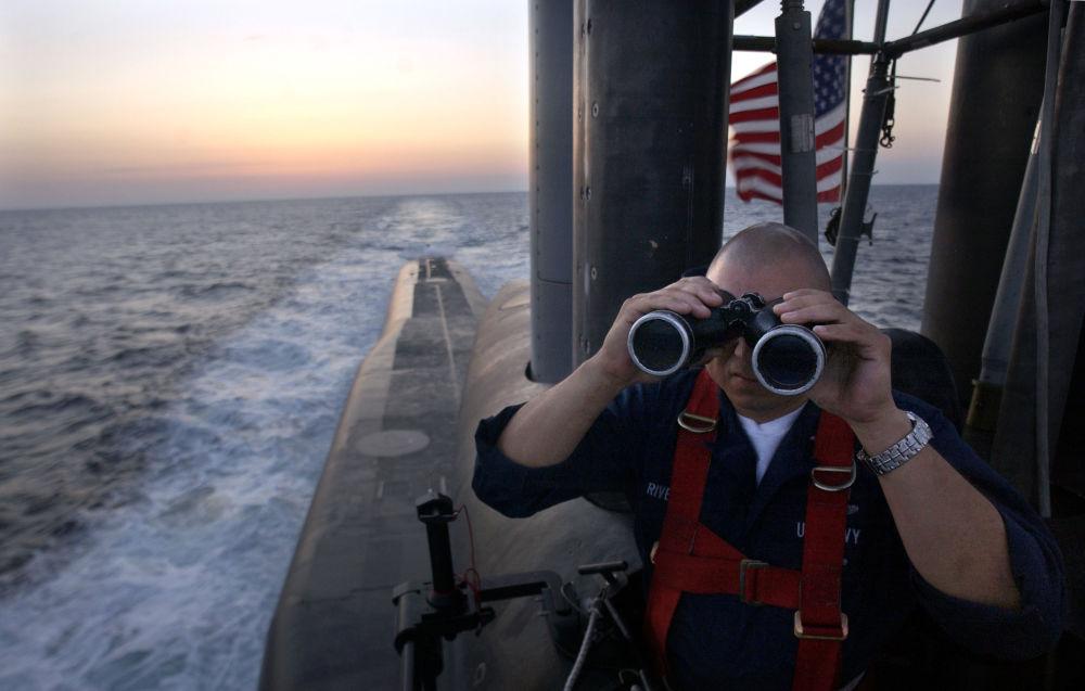 Amerikan Ohio sınıfı USS Florida denizaltısında dürbünle bakan ABD'li subay.