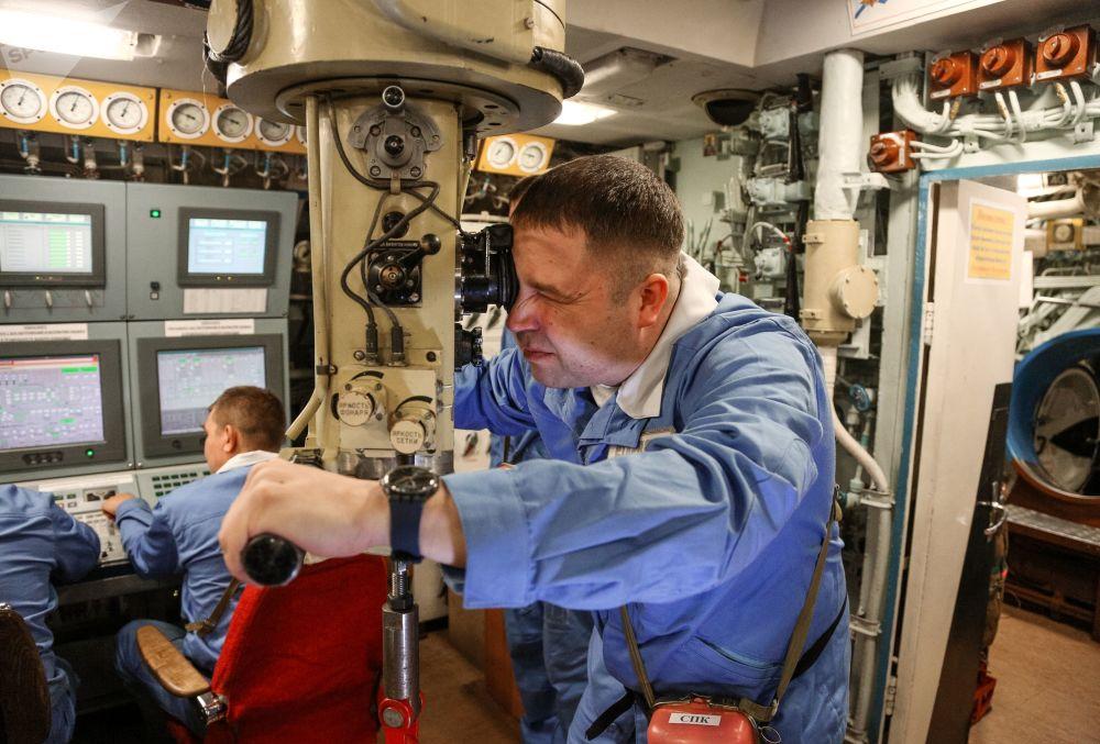 Proje 955 kapsamında üretilen ve Rusya'nın Kuzey Filosu'na ait olan  Borey sınıfı K-535 Yuriy Dolgorukiy isimli 4. nesil stratejik amaçlı nükleer denizaltı mürretebatı görev başında. Borey denizaltıları, 'dünyanın en sessiz balistik füze denizaltıları' olarak nitelendiriliyor.
