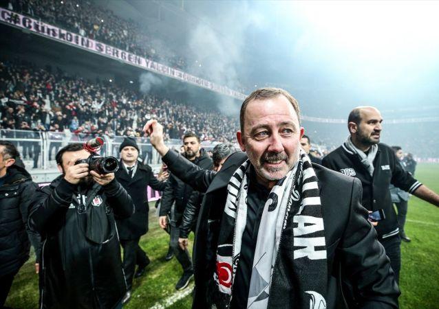 Beşiktaş Kulübü, yeni teknik direktörüSergenYalçın'a 1.5 yıllık sözleşme imzalattı.  Vodafone Park'taki törene 20 bin taraftar katıldı.