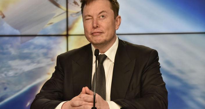 Elon Musk, SpaceX Crew Dragon deneme uçuşu için Kennedy Uzak Merkezi'nde basın toplantısı düzenlerken