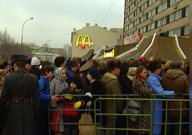 Beş bin kişilik kuyruk: 31 Ocak 1990'da Rusya'nın ilk McDonalds restoranı açıldı