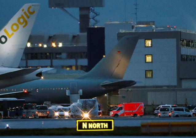 Vuhan kentinden tahliye edilen 120'den fazla kişiyi taşıyan Alman ordusuna ait uçak