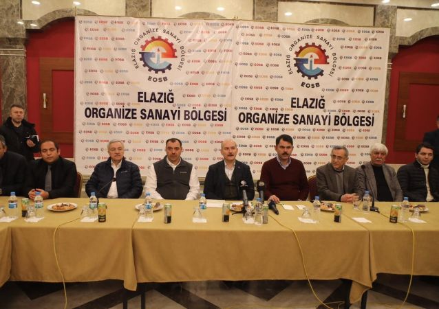 İçişleri Bakanı Süleyman Soylu ve Çevre ve Şehircilik Bakanı Murat Kurum, yaşanan depremin ardından Elazığ Organize Sanayi Bölgesi'nde iş adamlarıyla bir araya geldi.